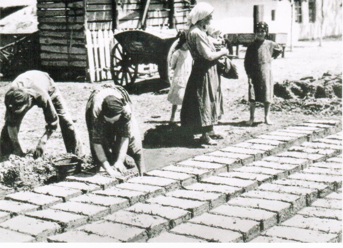 Frauen bei der Herstellung von Lehmziegel/Batzen